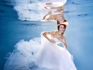 Фотосъёмка под водой в свадебном платье
