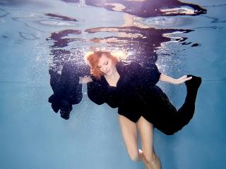 Фотосъёмка под водой в одежде чёрного цвета