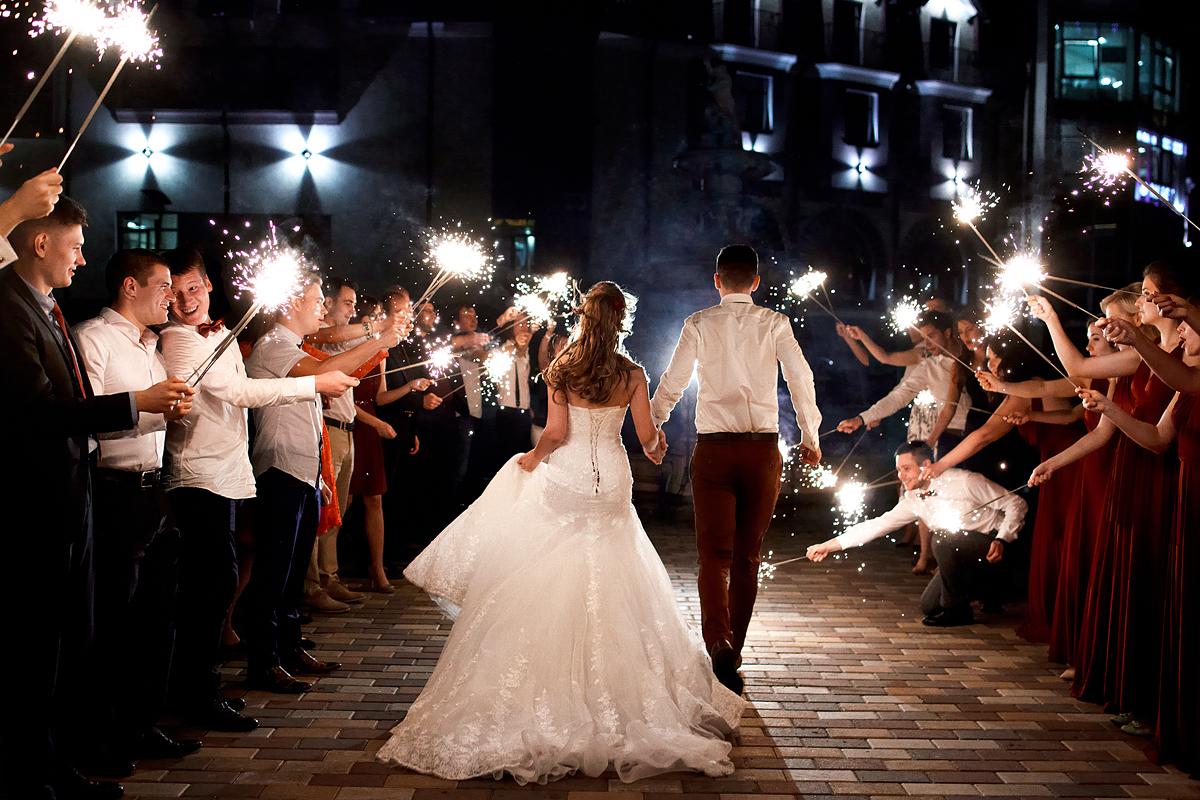 невеста провожает гостей
